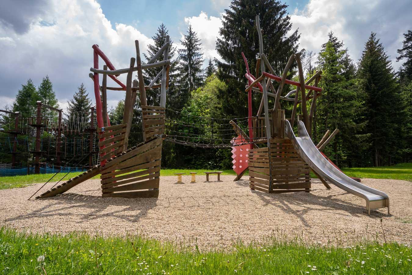 Dětské hřiště u hotelu Kamzík